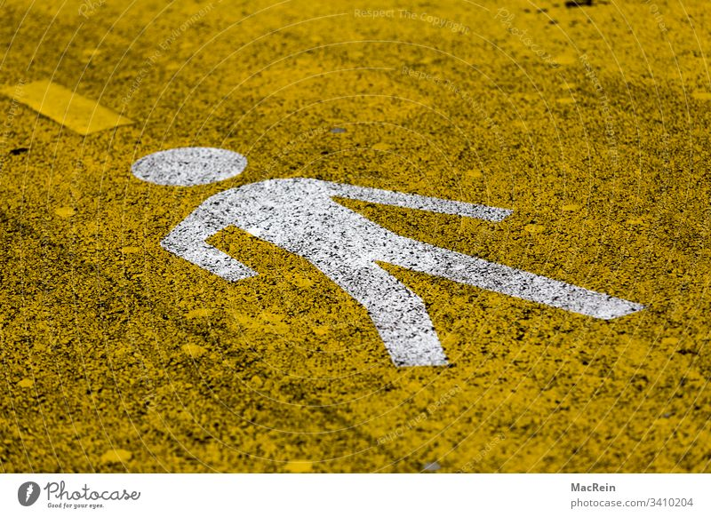 Fussgänger Pictogramm fussgänger pictogramm wegweiser richtung information hinweisschild darstellung stilisiert symbol asphalt strasse teerstrasse gelb niemand