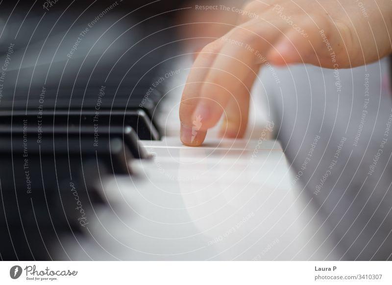 Nahaufnahme von klavierspielenden Kinderfindern Tiefe einzigartig Schulunterricht üben elektronisch elektronisches Klavier abschließen Künstler Perspektive