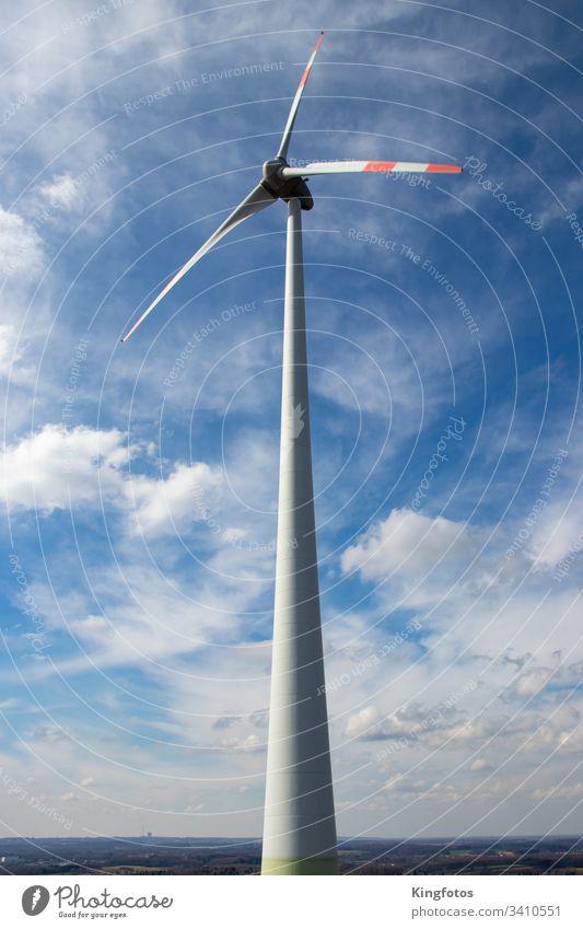 Windrad - Erneuerbare Energie aus Windkraft Windenergie Strom Umwelt Windkraftanlage Stromquelle Himmel Wolken blau Farbfoto Hochformat Propeller Umweltschutz