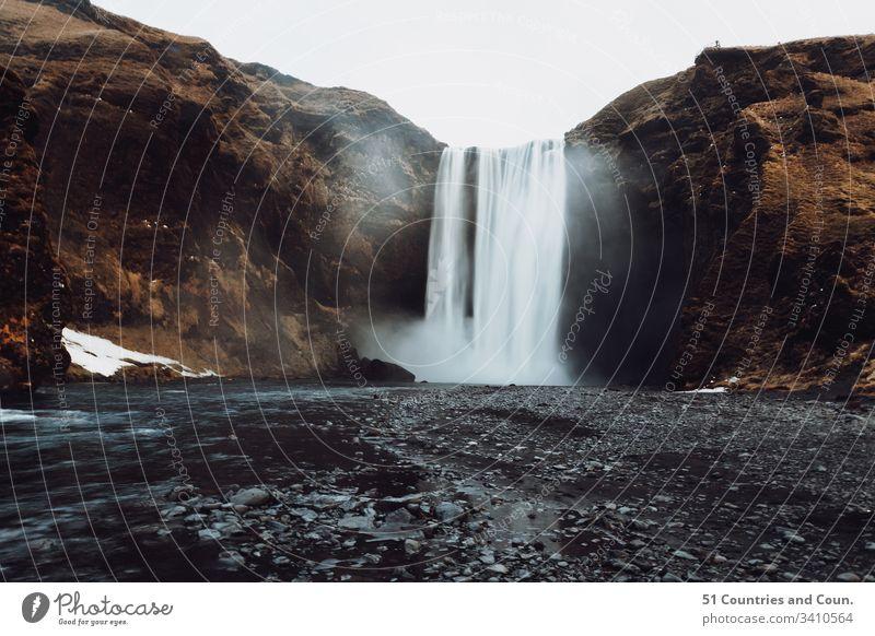 Dramatische Ansicht des Wasserfalls Skogafoss, Island 51 Länder und Zählung Schwarze Sandstrände Chantelle Flores Landschaft Dettifoss Dyrhólaey Europa