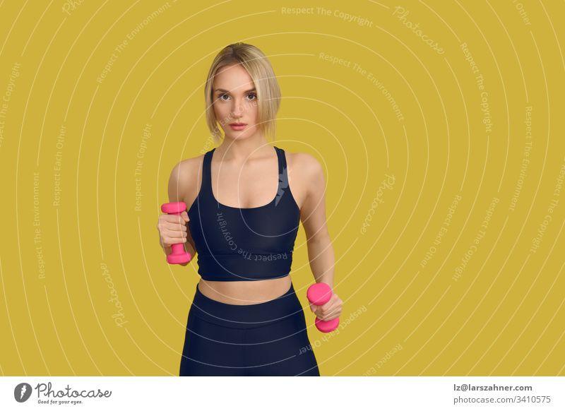 Hübsche blonde Frau mit rosa Hanteln Nahaufnahme aktiv attraktiv schön schwarz Körper niedlich Übung Fitness Vorderseite Kunstturnen Hände Gesundheit Lifestyle