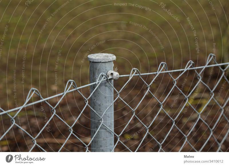 Zaun aus Metallpfosten und Metallgitter Mast Stahl Konstruktion Muster Barriere Schutz Draht Gefahr ineinander greifen Gebäude Fechten Design Sicherheit Gehege
