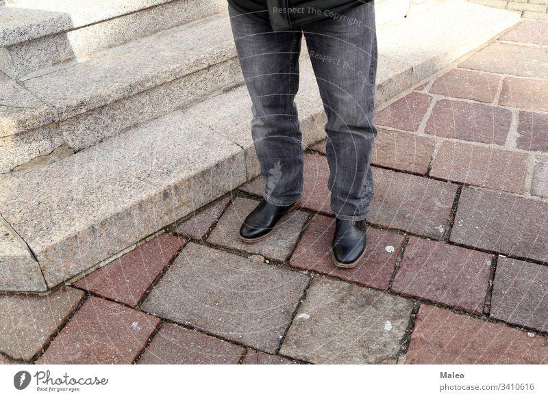 Beine in Jeans und schwarzen Schuhen an den Granitstufen Mode Fuß Jeanshose Schritt Stil urban schön Großstadt schließen Frau Mädchen grau Leder Stein Straße
