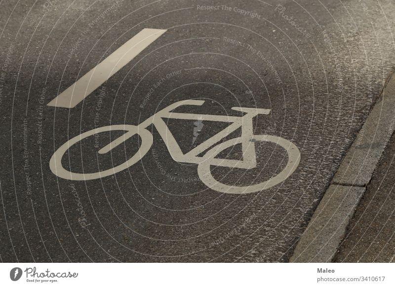 Separater Fahrradweg für Radfahrer. Fahrrad-Symbol auf dem Bürgersteig. Sicherheit Weg Straße Radfahren Zyklus Ikon im Freien Straßenbelag reisen Asphalt Regie