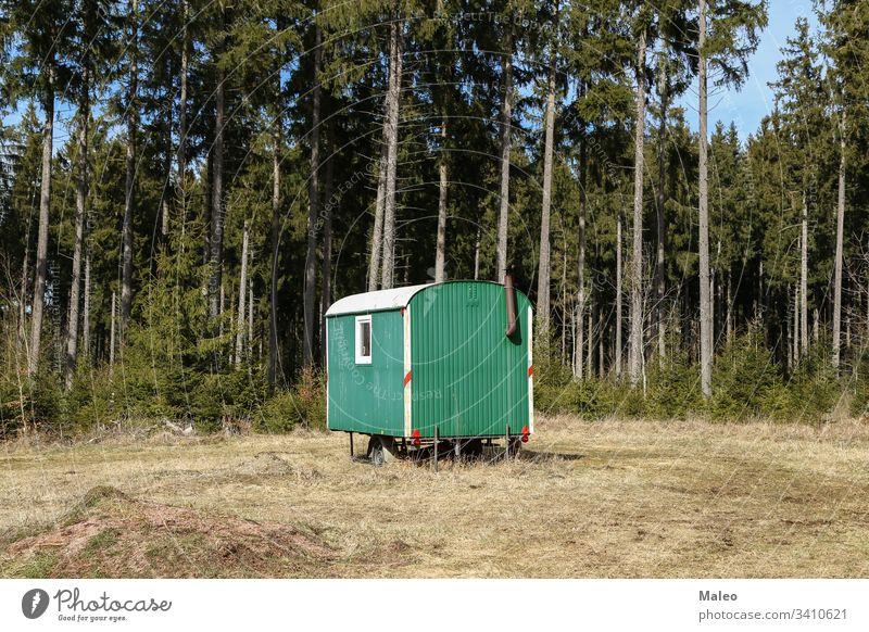 Mobile Holzfällerhütte steht im Wald Hintergrund alpin Kunst Kunstwerk schön blau Postkarte Weihnachten Klettern kalt Cottage extrem Fee fantastisch Phantasie