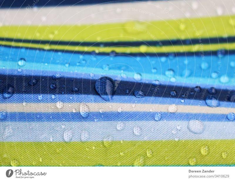 Wassertropfen auf einem Regenschirm Regentropfen Außenaufnahme Natur Tropfen Hintergrund nass Farbfoto Wetter Nahaufnahme Tag schlechtes Wetter gestreift