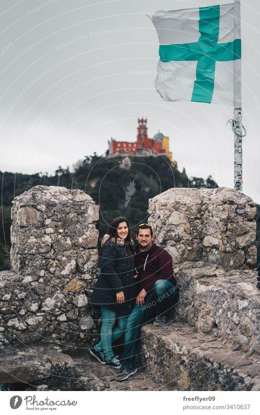 Ehepaar besucht maurisches Schloss in Sintra, Portugal Landschaft Touristik Kastelo Architektur Maurisch horizontal Historie historisches Gebäude lisboa mouros