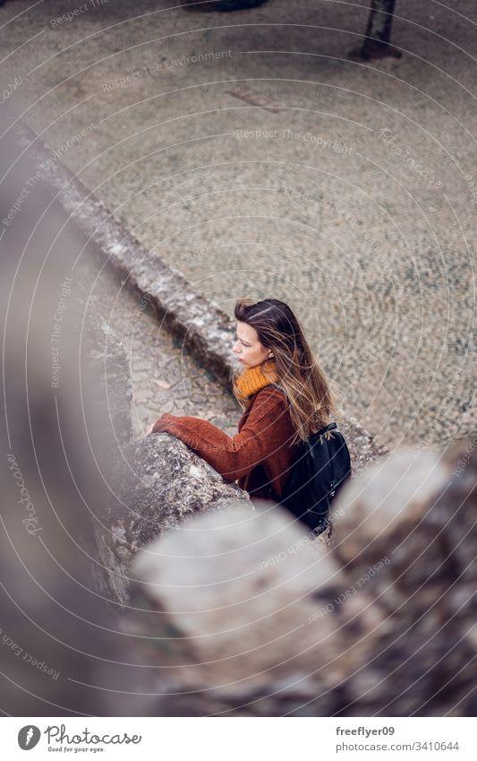 Junge Frau besucht maurische Burg in Sintra, Portugal Landschaft Touristik Kastelo Architektur Maurisch horizontal Historie historisches Gebäude lisboa mouros