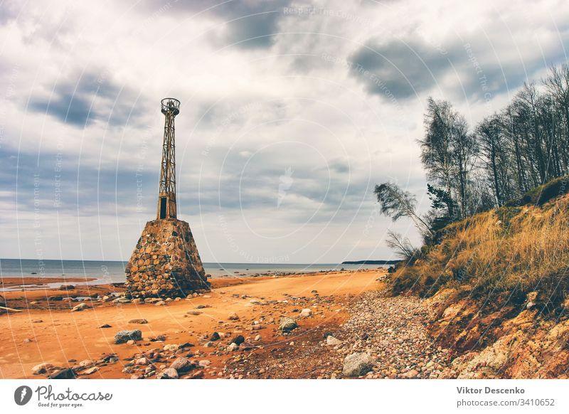Alter zerstörter Leuchtturm in der Ostsee Hintergrund Strand Wasser Haus Architektur Moos Schifffahrt alt außen Portwein Steine Ufer Brühe gestreift Struktur