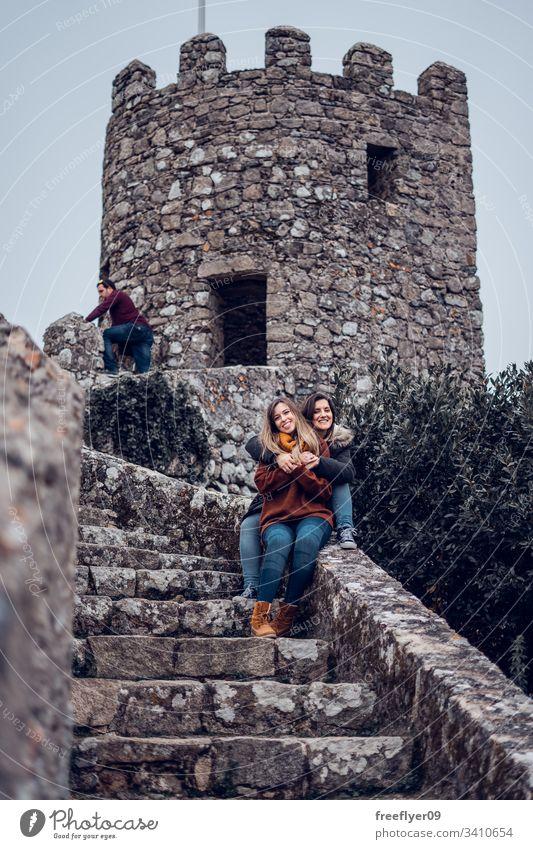 Zwei Freunde genießen die maurische Burg in Sintra, Portugal Landschaft Touristik Kastelo Architektur Maurisch horizontal Historie historisches Gebäude lisboa