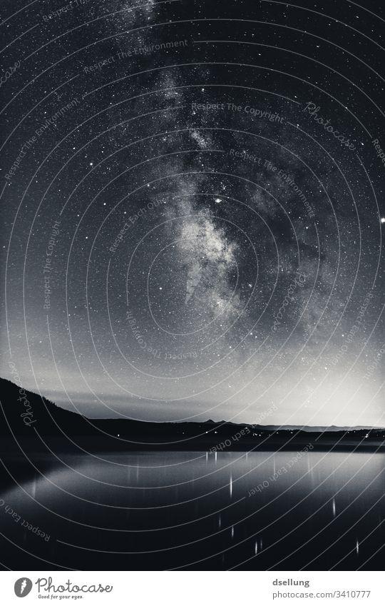 Milchstraße über einem See mit leichten Bergen im Hintergrund Stratosphäre Abend Abenddämmerung Dämmerung rein Sternenlicht Mysterium viele funkeln Glanz