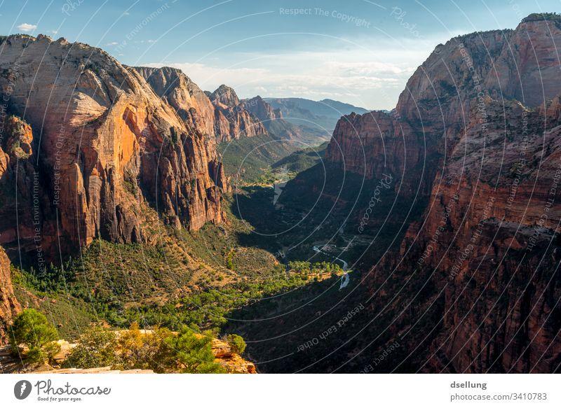 Dramatisches Tal mit starken Felsen in Abenddämmerung Zion National Park Angels Landing USA Berge u. Gebirge Natur Schlucht Außenaufnahme Farbfoto Menschenleer