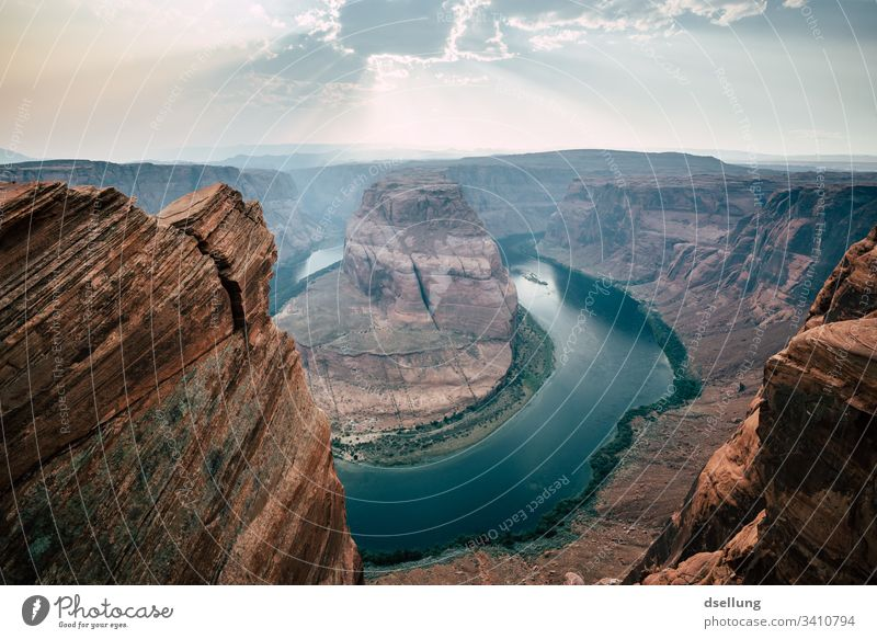 Horseshoe Bend mit Sonnenstrahlen am Himmel Hufeisen Wildbach Gebirgsfluß fließen Natur Reflexion & Spiegelung unberührt River Colorado River Page Amerika