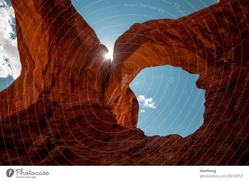 orangen farbige Bögen mit Sonneneinfall und blauem Himmel im Hintergrund Abenteuer Schatten Licht Sonnenlicht Sommer Ferien & Urlaub & Reisen Wüste Amerika