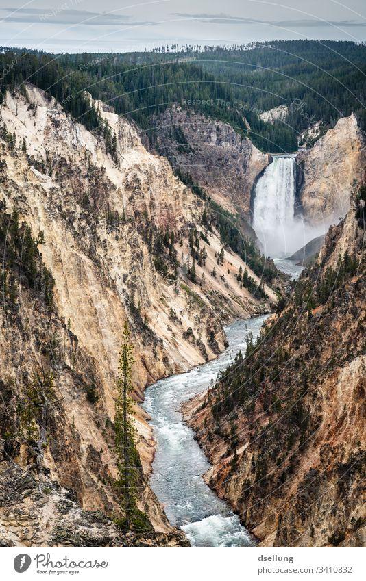 Wasserfall der zu einem wilden, reißendem Fluss wird der sich durch die Berge kämpft Erholung verreisen Amerika Schlucht Sonnenlicht Kontrast Schatten Erde