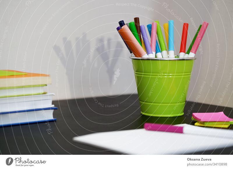 Schreibwaren, bunte Schreibgeräte, Zubehör, Filzstifte, farbiges Papier, Bücher. Zurück zur Schule. Kunst Rücken zurück zur Schule zurück zum Schulhintergrund