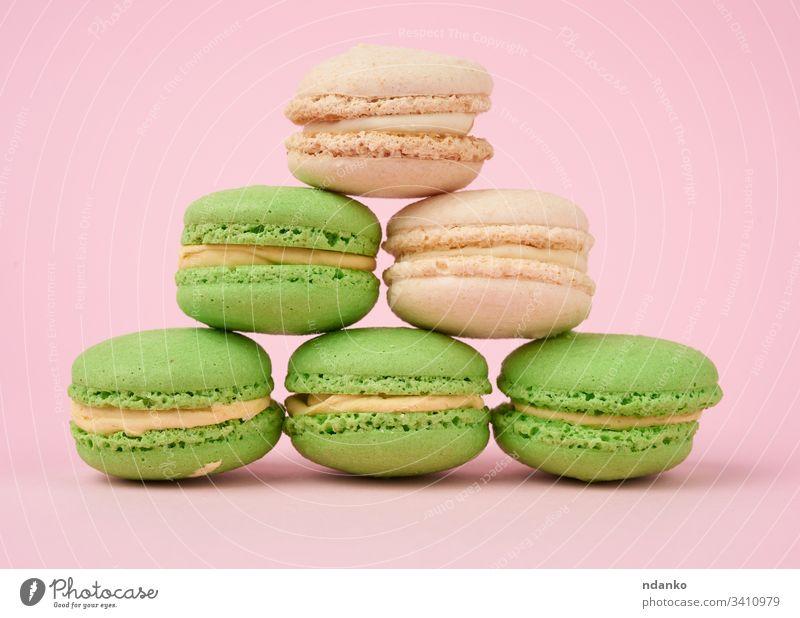 Stapel weißer und grüner runder Mandelmehl-Kuchen-Makronen sortiert Sortiment backen Bäckerei Biskuit Bonbon Nahaufnahme Farbe Konfekt Konditorei Keks Sahne