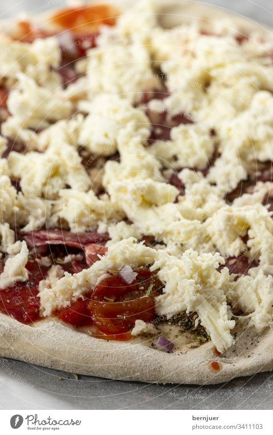 Rohe Pizza roh heiß Italien essbar Mozzarella Snack Fast Food geschmolzen gekocht Topping Parmesan Zutat Pilz vegetarisch Tomate lecker Holz Essen Italienisch