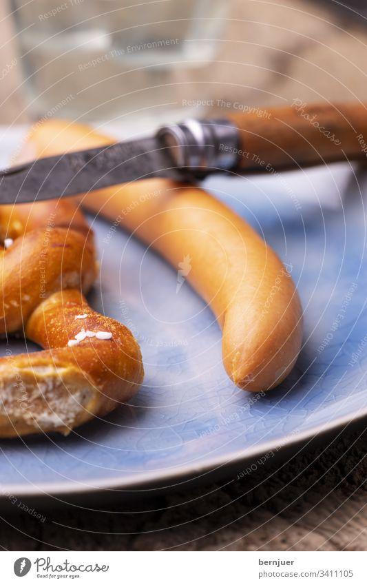 Brezel mit Frankfurter Wurst auf dem Teller Wiener essen Bratwurst Snack Hotdog Frühstück Essen Oktoberfest Wienerwurst Senf Fleisch rustikal Deutschland Küche