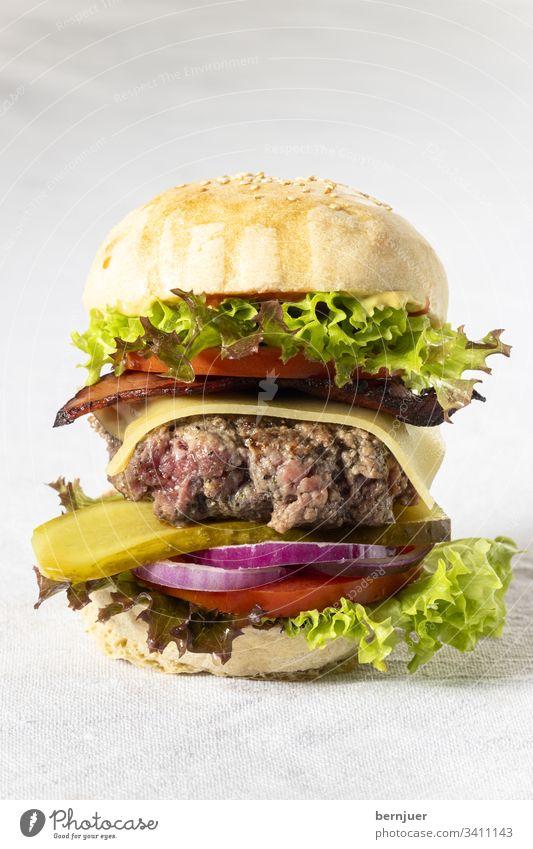 Nahaufnahme eines einzelnen Cheeseburgers cheeseburger hamburger knusprig fastfood geröstet Bio patty rucola gebacken sesam Ketchup Gourmet American Gemüse