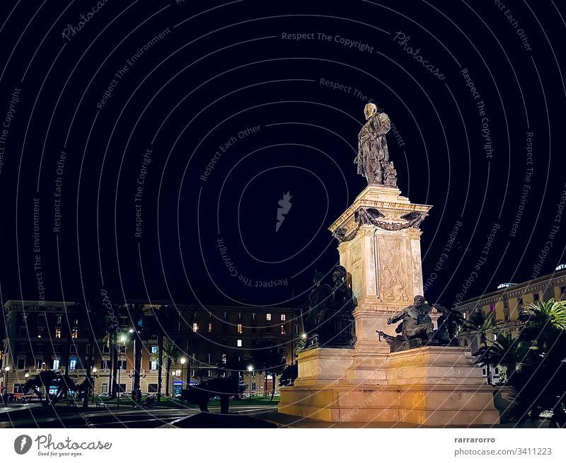 das Denkmal mit der Cavour-Statue in der Mitte der Piazza Cavour in Rom Italien Piazza-Kaverne Bildhauerei Historie Italienisch Nacht berühmter Ort Architektur