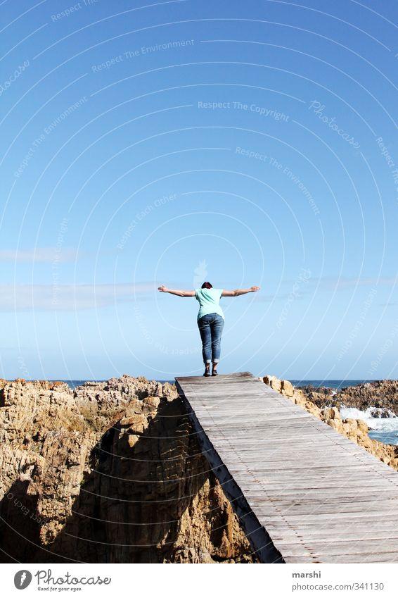 sich trauen Mensch Frau Jugendliche Ferien & Urlaub & Reisen Meer Freude Junge Frau Erwachsene Sport feminin Gefühle springen Stimmung Angst Wellen