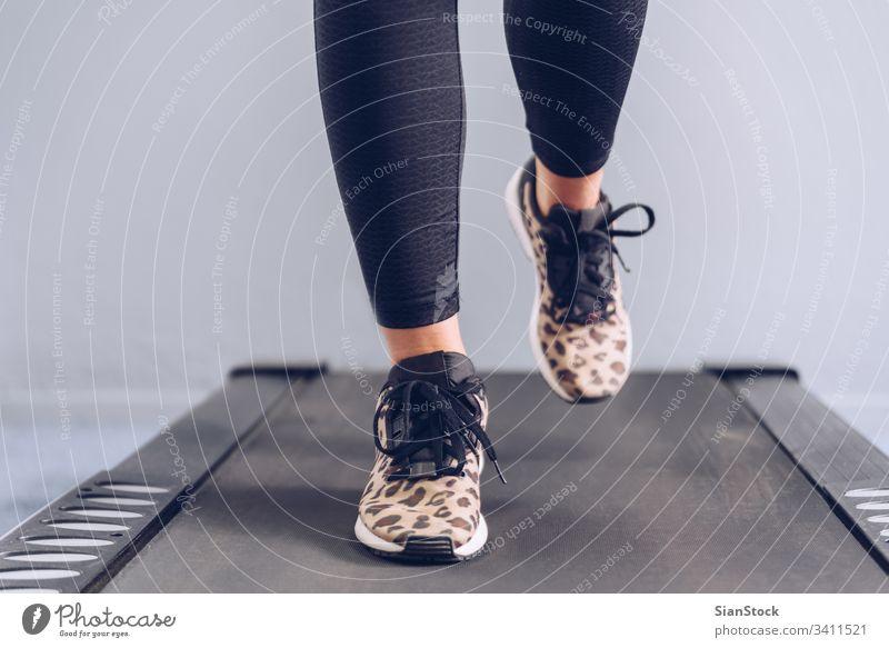 Fitness-Mädchen läuft auf dem Laufband. sportlich Sport Fitnessstudio Maschine Gesundheit Training Lifestyle aktiv Athlet Club Geschwindigkeit Aktivität