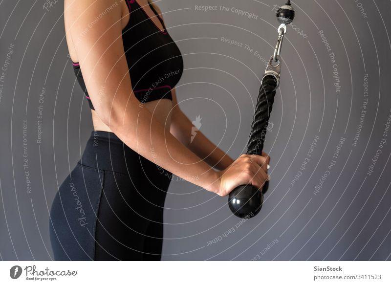Junge, sportliche Frau, die im Fitnessstudio trainiert. Ausdauer Menschen Übung Training Körper elliptisch Trainerin Kraft Laufband Sport Maschine Gesundheit