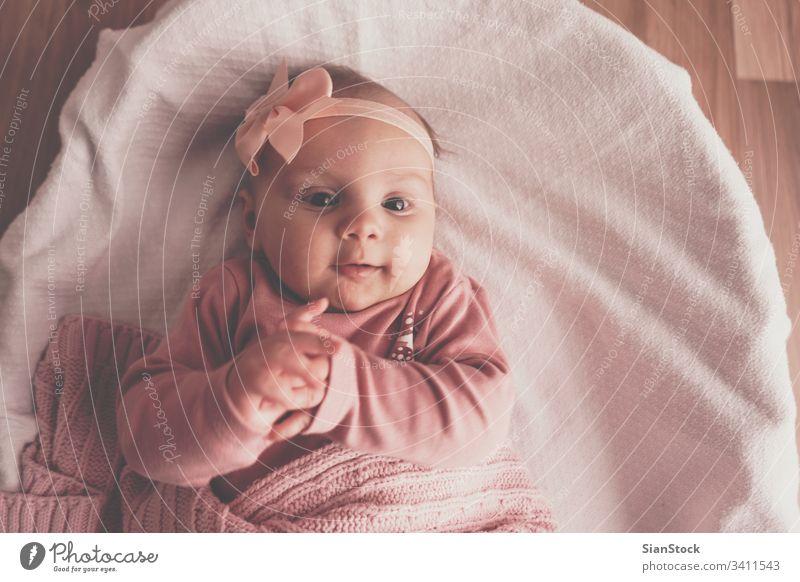 Kleines süßes Mädchen im Korb liegend Baby Bett weiß wenig niedlich neugeboren heimwärts jung Kind Porträt Säugling Kindheit Top Ansicht bezaubernd schön rosa