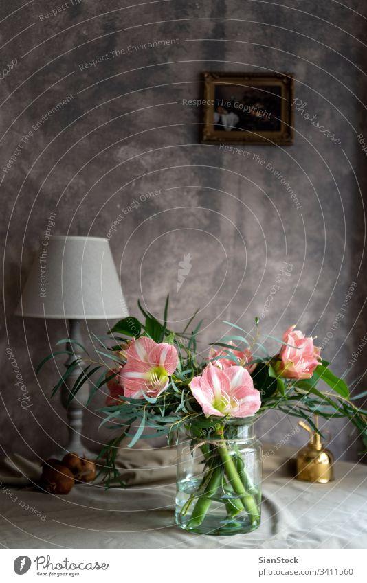 Blumenstrauß aus Amaryllis in einer Glasvase. rosa heimwärts Lilien Frau Vase Natur weiß schön Ritterstern Schönheit Pflanze grün Blütenblatt Farbe Tisch