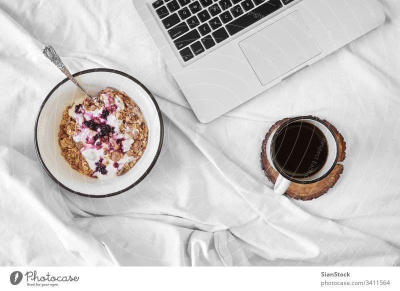 Frühstück im Bett - Ansicht von oben Kaffee Top Tasse weiß Tablett heiß Lebensmittel Hintergrund trinken Zucker süß warm Tee Sahne Stimmung heimwärts