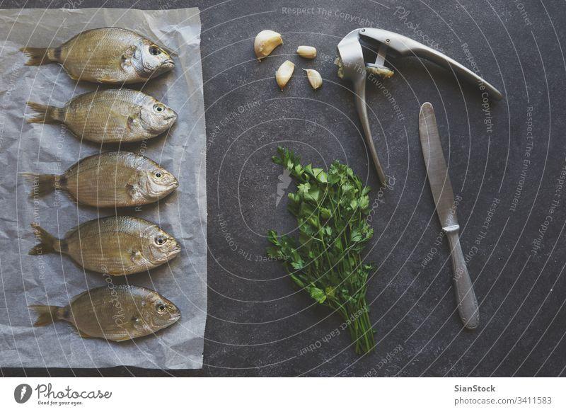 Frischer Fisch, der zum Kochen vorbereitet wird roh Lebensmittel frisch Top Ansicht vereinzelt Gesundheit MEER Meeresfrüchte Hintergrund Mahlzeit