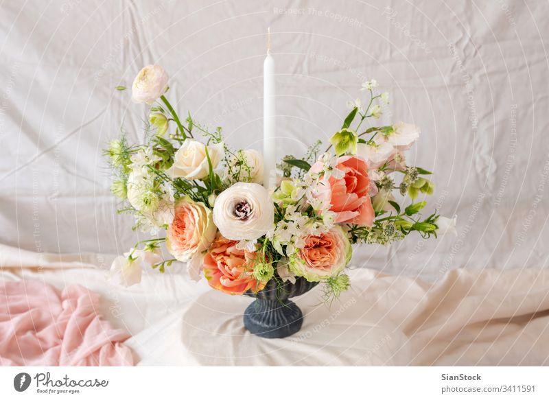 Stilleben mit einem schönen Blumenstrauß Tisch Vase Kerzen Hochzeit Dekoration & Verzierung weiß Hintergrund Innenbereich Ordnung Abendessen romantisch rosa
