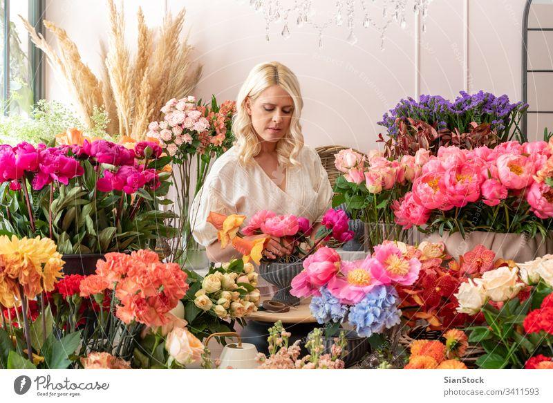 Schöne blonde Blumenhändlerin kreiert wunderbares Bouquet Glück Hand Hochzeit Kleid retro Stil Erwachsene Blumenstrauß modern niedlich Frau brünett weich blau