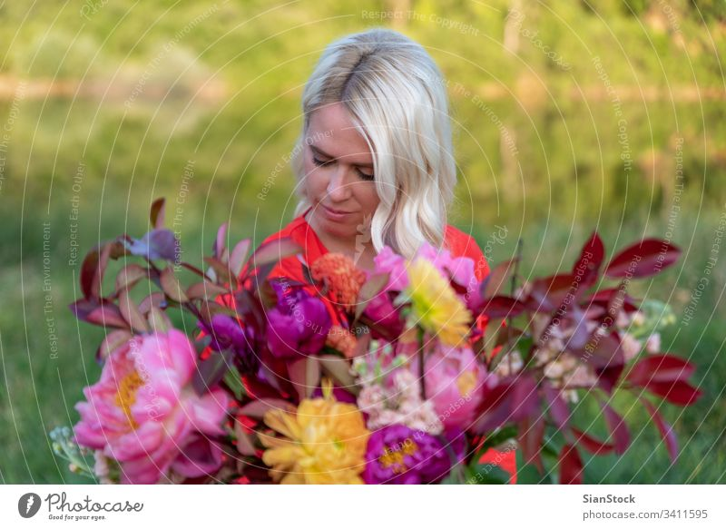 Schöne blonde Blumenhändlerin hält wunderbaren Blumenstrauß Glück Hand Hochzeit Kleid retro Stil Erwachsene modern niedlich Frau brünett weich blau rosa Halt