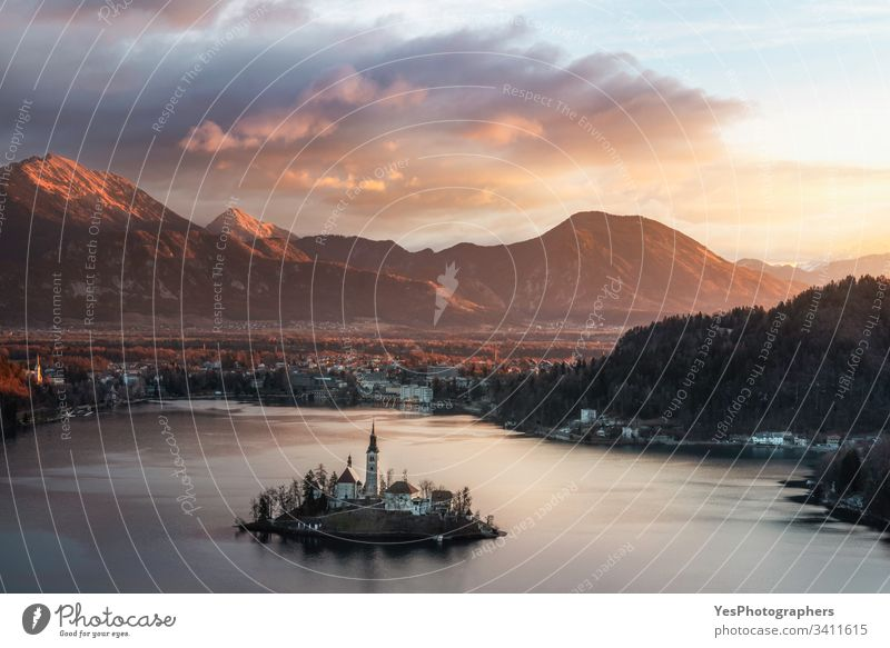 Geblutete Seelandschaft bei Sonnenaufgang. Julische Alpen zur goldenen Stunde geblutet julianische alpen Slowenien Luftaufnahme alpin Kirche Europa Europäer