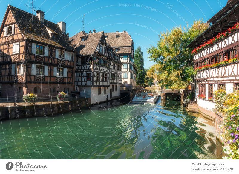 Straßburger Landschaft an einem sonnigen Tag. Ill Flussbootfahrt Frankreich Elsass Bootsfahrt elsässisch Französisch krank Sommer Architektur Häuser Frühling