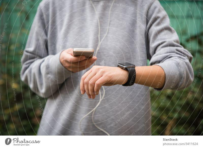 Junge Frau benutzt tragbare Technik beim Fitnesstraining Telefon zuschauen Mobile Sport rennen smartwatch klug Kopfhörer Technik & Technologie iphone Übung App