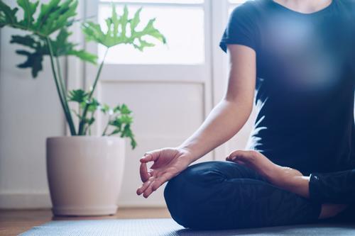 Frau, die morgens bei ihr zu Hause Yoga macht. Unterlage Fitness jung Lotos Pose Asana schön Sport Gesundheit Übung passen Training Wellness Fitnessstudio