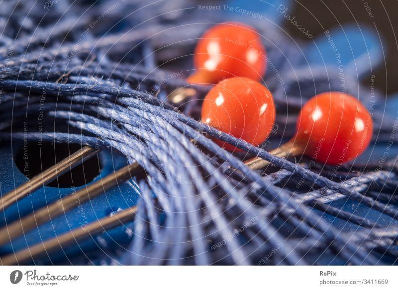 Stecknadeln und Garn Spulen Rollen Farben bunt Walzen Kabeltrommel Seiltrommel textil Geflecht Spinnerei Firma Unternehmen Wirtschaft Holz Technik Produktion