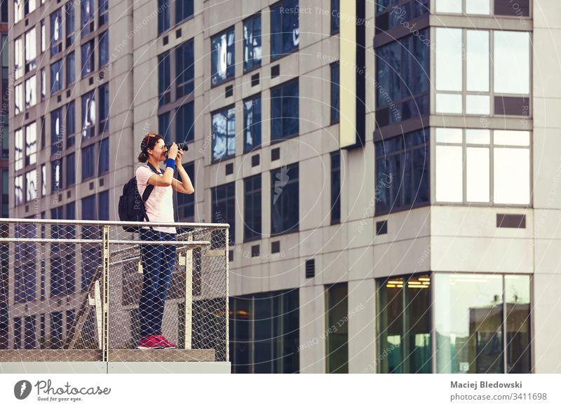 Fotografin fotografiert Architektur in New York. Frau Fotokamera New York State Großstadt urban kreativ Sightseeing Fotojournalismus Journalist Kaukasier