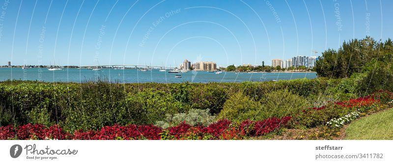 Sarasota Bay mit der John Ringling Causeway-Brücke im Hintergrund Bank Ansicht Sarasota-Bucht Boot Segelboot Boote Sitz Stuhl ruhen Blick auf das Wasser Florida