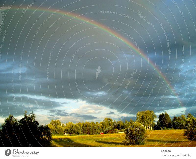 Sonne gegen Regen Himmel Wolken Farbe Regenbogen