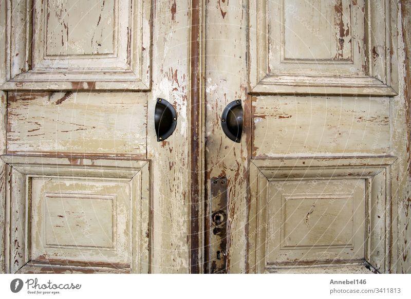 Alte Holztür mit Rissen in der Hintergrundstruktur, abblätternde Farbe im Retro-Design alt hölzern Tür Textur Grunge altehrwürdig Antiquität verwittert gealtert