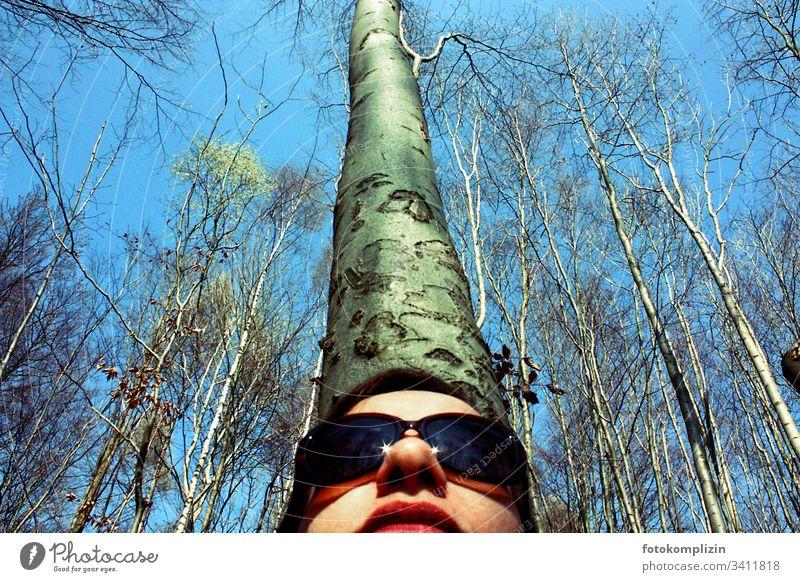 Frauengesicht mit Sonnenbrille von unten mit Baumstamm im Hintergrund Wald Waldspaziergang Waldlichtung waldgebiet Waldstimmung Baumkrone Baumrinde Naturliebe