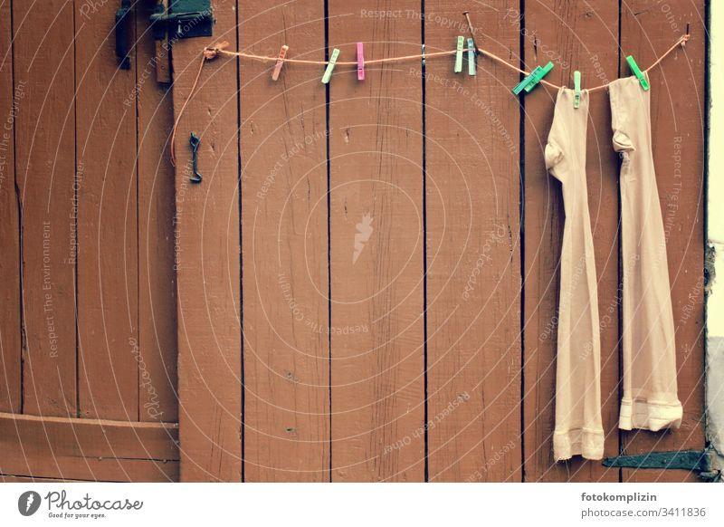 einsame damenstrümpfe auf wäscheleine Wäscheleine Strümpfe Wäscheklammern lustig Altersversorgung Haushaltsführung Haushaltsware trocknen Nylon nylonstrümpfe