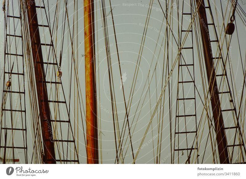 Schiffsmast Mast Holzschiff Schifffahrt Hafen Segelschiff Segelboot Ferien & Urlaub & Reisen Segelurlaub Schiffsreisen Bootsfahrt Wasser Jachthafen Meer segeln