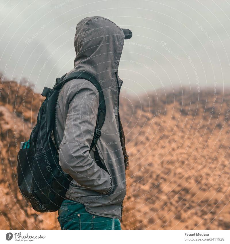 Ein Junge auf einem Hügel mit Nebelblick Sonnenlicht Licht Tag Textfreiraum oben Textfreiraum rechts Außenaufnahme Gedeckte Farben stehen Blick Farbfoto Erfolg