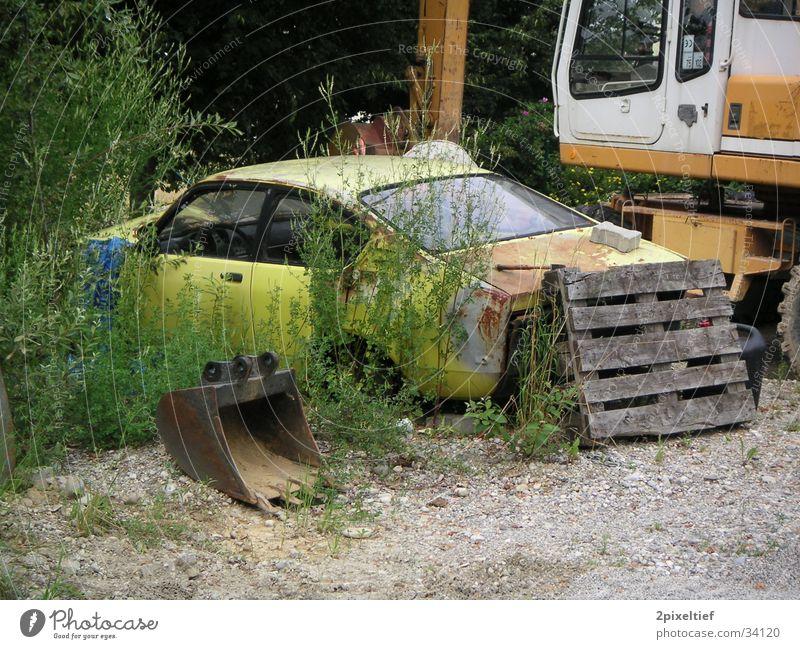 Old Car gelb schäbig Baustelle Verkehr Rost Rostlaube PKW alt verwildert Schiffswrack