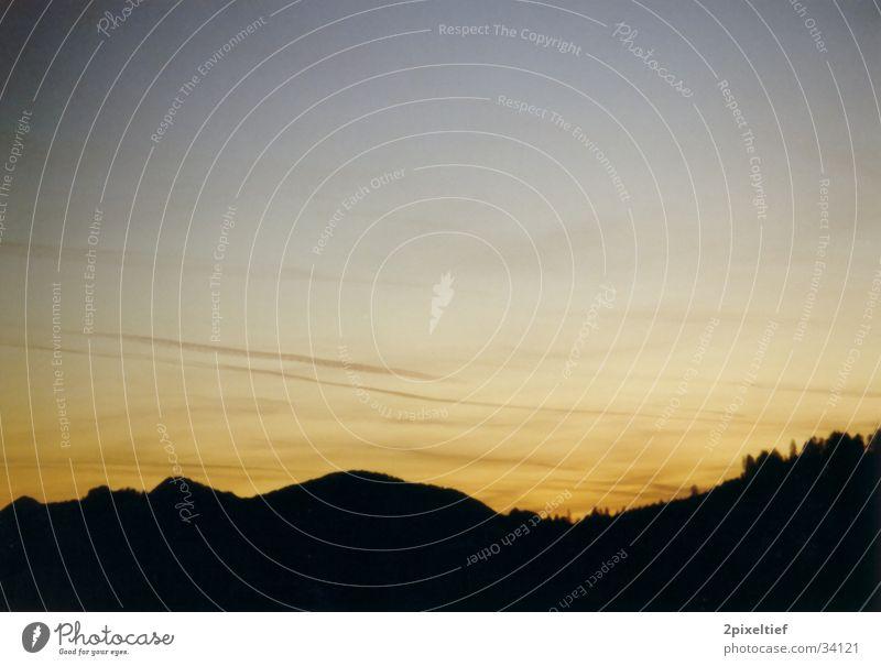 Hills at Night schwarz Gegenlicht schön mehrfarbig Wald Baum Winter Wolken Berge u. Gebirge Altenmarkt-Zauchensee orange blau Abend Landschaft Übergang